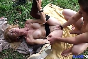 Bonne cougar comme ci et bien matured baisée dans un champ [full video]